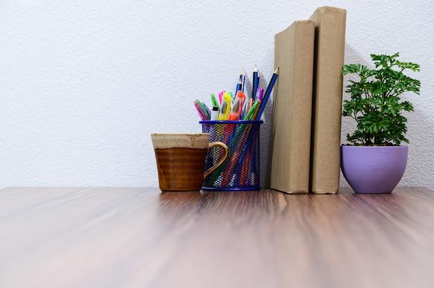Концепция чтения книги находится за столом в комнате