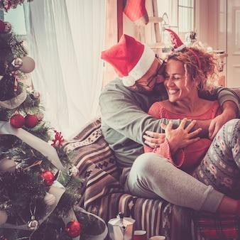 크리스마스 이브 날 축하 집에서 백인 사람들과 함께 진짜 행복한 삶의 개념