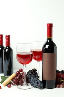 白い背景の上の赤ワインの試飲の概念