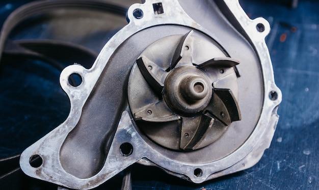 車のエンジンとドライブベルトのウォーターポンプを交換するというコンセプト。