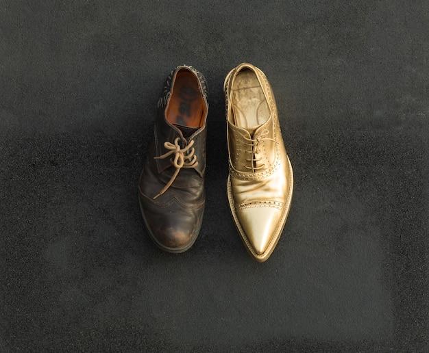 Концепция богатых и бедных в обуви старые и золотые туфли