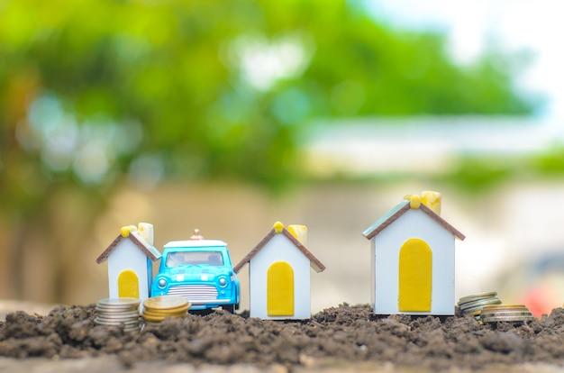 집과 자동차를 위해 돈을 절약한다는 개념 미래에 대비하기 위해 돈을 저축하십시오
