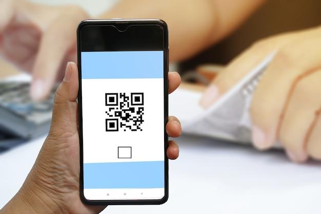 휴대폰에서 모바일 qr 코드를 스캔하는 개념.