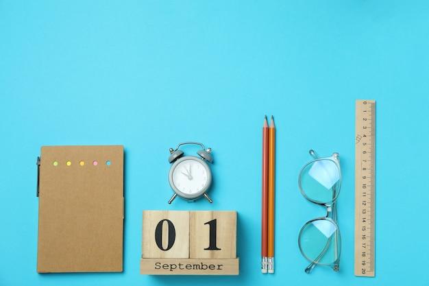 Концепция 1 сентября на синем фоне