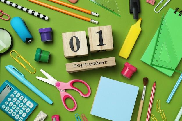 Концепция 1 сентября на зеленом фоне