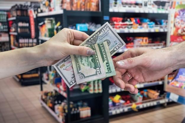 スーパーマーケットでの買い物の概念。