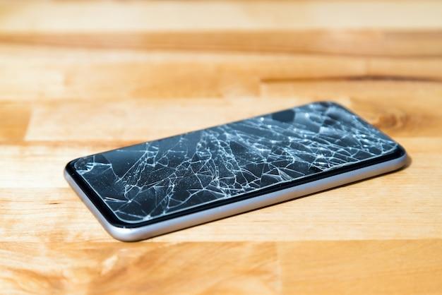 Концепция смартфона с разбитым экраном.