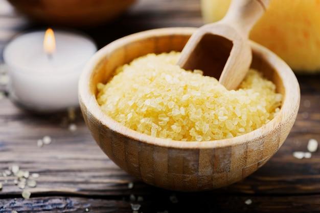 スパセラピーのコンセプトと黄色の塩とキャンドルでウェルネス