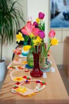Концепция весеннего праздника женский день или день матери в школе монтессори Premium Фотографии