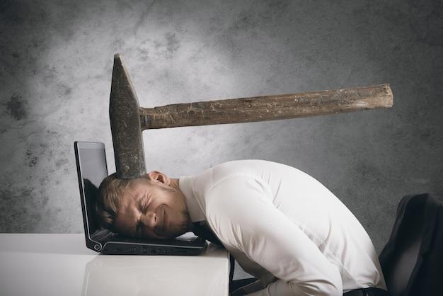 머리 위에 큰 망치로 사업가와 스트레스의 개념