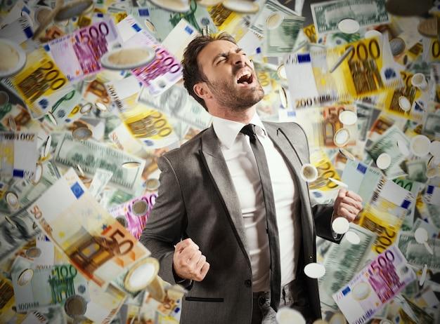 Концепция успеха и карьеры бизнесмена с дождливыми банкнотами
