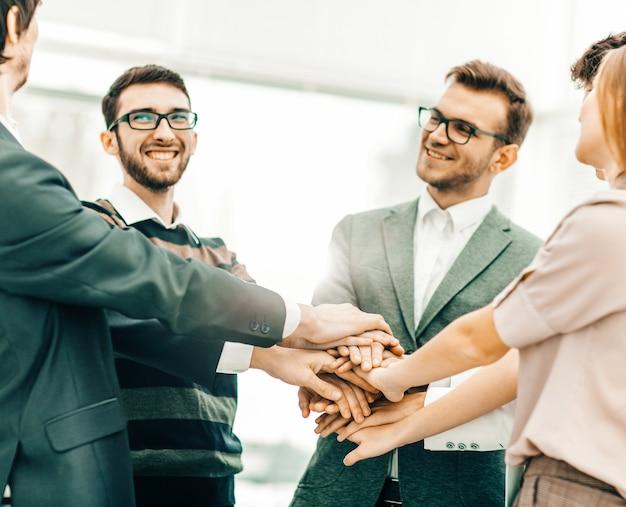 비즈니스 성공의 개념: 친절한 비즈니스 팀 서