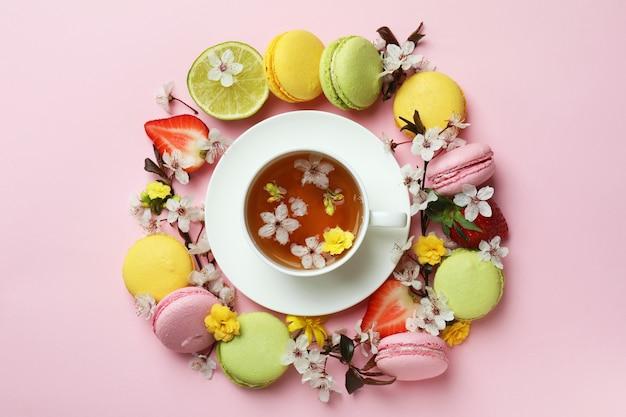 ピンクの背景に甘い朝食の概念