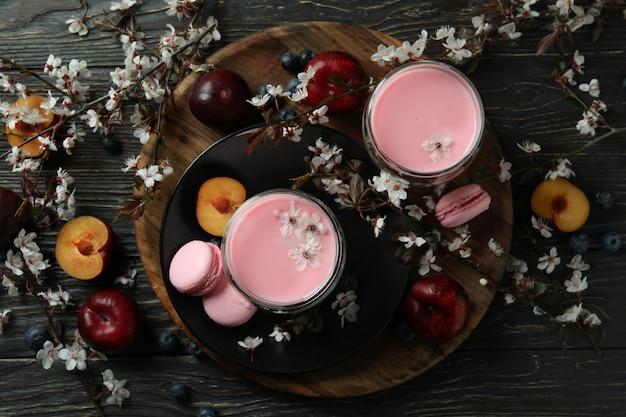 나무 배경에 달콤한 먹는의 개념