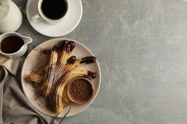 Концепция сладкого обеда с чуррос на сером столе