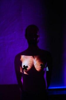 Концепция tansgender андрогинного мужчины с женской грудью