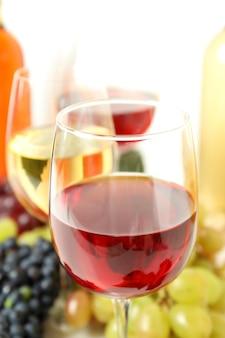 さまざまなワインを味わうというコンセプト、クローズアップと選択的な焦点
