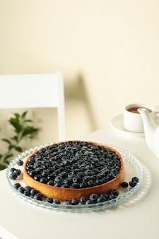 Концепция вкусного завтрака с черничным пирогом на белом столе