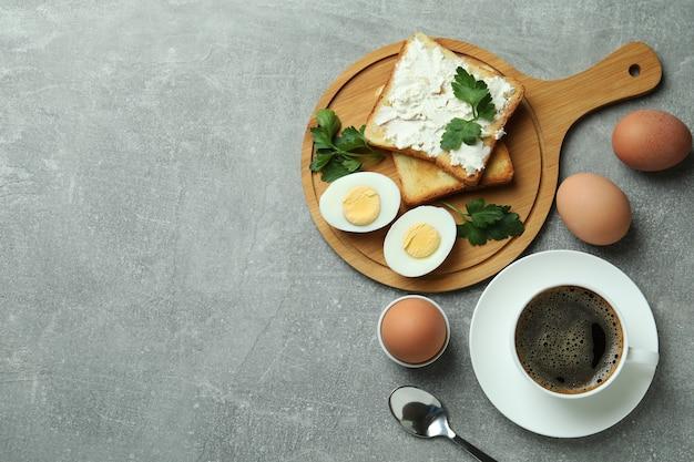 灰色のテクスチャテーブルにゆで卵とおいしい朝食のコンセプト