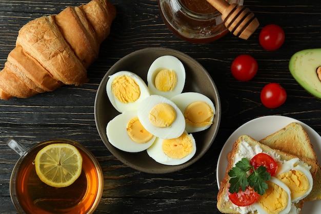 木製のテーブルにゆで卵とおいしい朝食のコンセプト