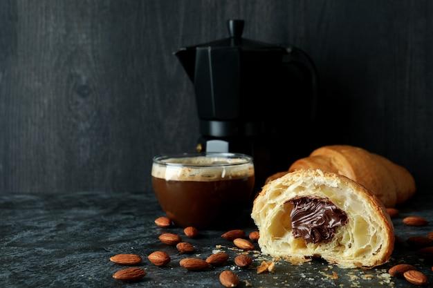 Концепция вкусного завтрака с круассаном с шоколадом на темном