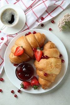 흰색 질감 테이블에 크루아상과 맛있는 아침 식사의 개념