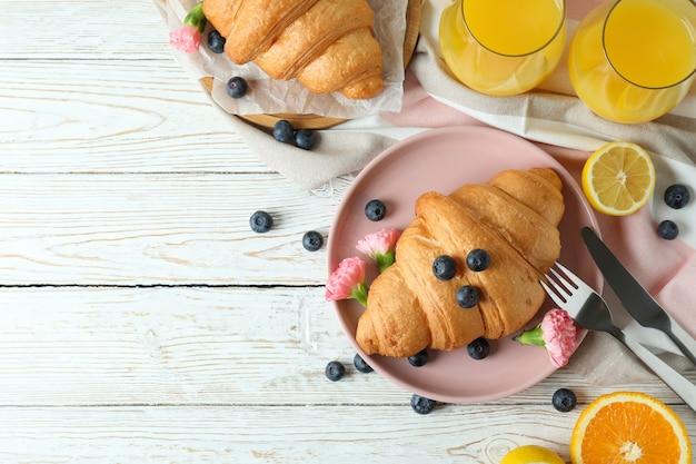 Концепция вкусного завтрака с круассанами на белом деревянном