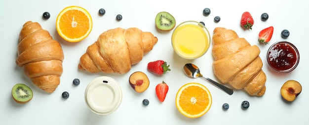 Концепция вкусного завтрака с круассанами на белом