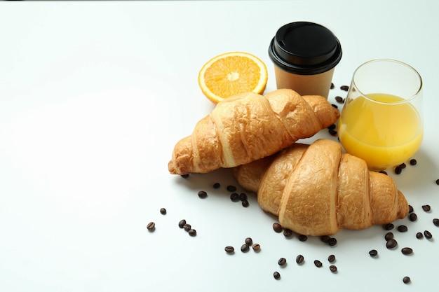 화이트 크루아상으로 맛있는 아침 식사의 개념