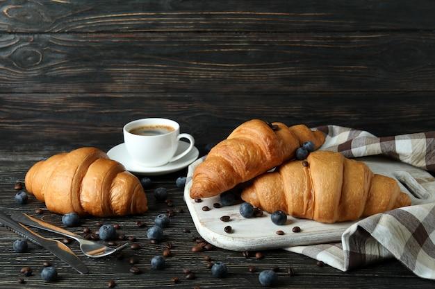 나무에 크루아상으로 맛있는 아침 식사의 개념