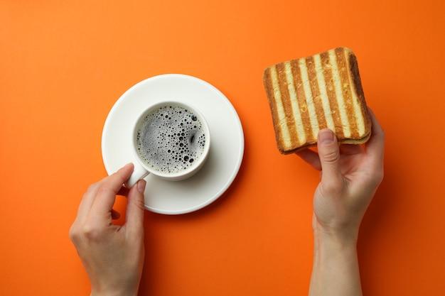 오렌지 배경에 구운 샌드위치와 함께 맛있는 아침 식사의 개념