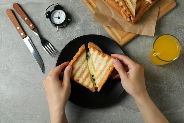 Концепция вкусного завтрака с жареными бутербродами на сером текстурированном столе
