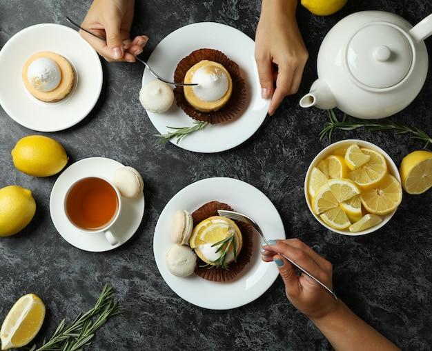 레몬 컵 케이크와 마카롱으로 맛있는 아침 식사의 개념