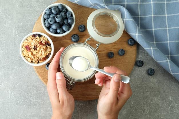 회색 질감 테이블에 요구르트와 함께 맛있는 아침 식사의 개념