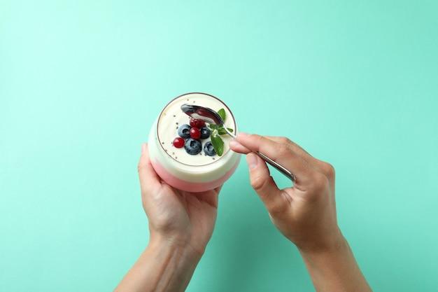Концепция вкусного завтрака с йогуртом на фоне мяты