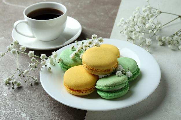 Концепция вкусного десерта с вкусными миндальным печеньем