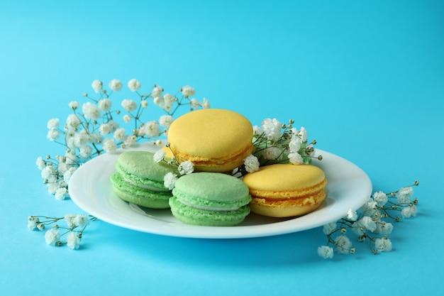 Концепция вкусного десерта с миндальным печеньем на синем фоне