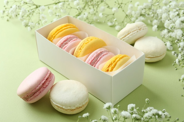Концепция вкусного десерта с миндальным печеньем на зеленом фоне