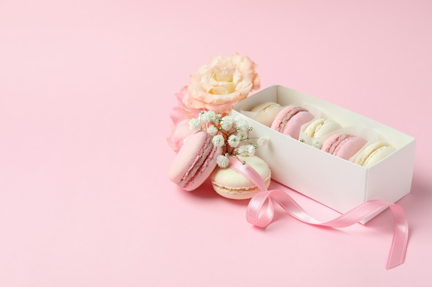 Концепция вкусного десерта с миндальным печеньем на розовом фоне