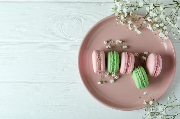 Концепция вкусного десерта с миндальным печеньем на белом деревянном фоне
