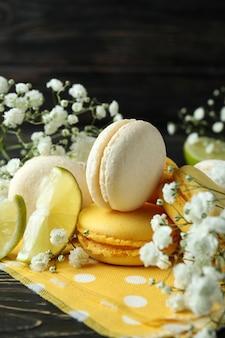 Концепция вкусного десерта с миндальным печеньем на деревянных фоне