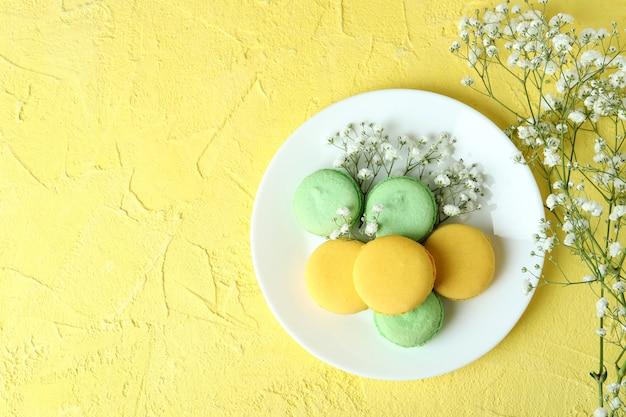 Концепция вкусного десерта с миндальным печеньем на желтом фоне