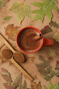 Концепция вкусного напитка с какао на бежевом фоне