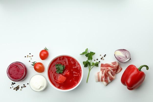 Концепция вкусно поесть с борщом и ингредиентами на белой стене