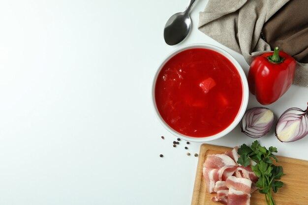 Концепция вкусной еды с борщом и ингредиентами на белом