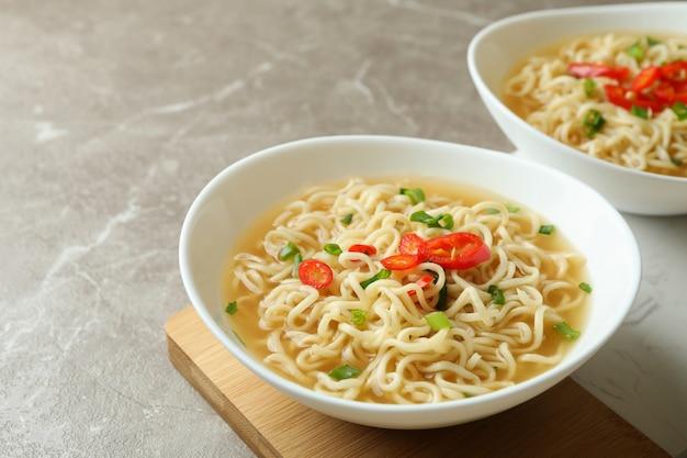 회색 국수 그릇으로 맛있는 식사의 개념