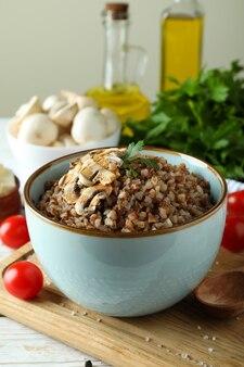 Концепция вкусной еды с гречкой, крупным планом