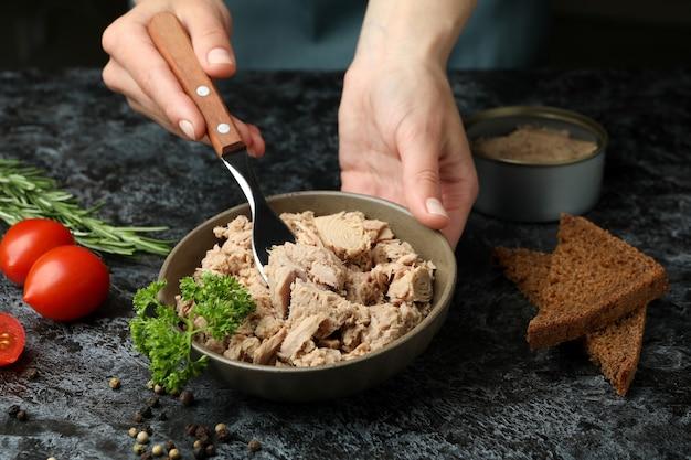 검은 스모키 배경에 통조림 참치와 함께 맛있는 식사의 개념