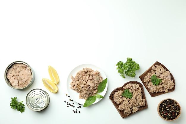 흰색 바탕에 통조림 된 참치와 함께 맛있는 식사의 개념