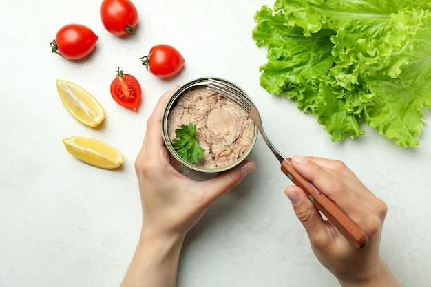 흰색 질감 배경에 통조림 참치와 함께 맛있는 식사의 개념